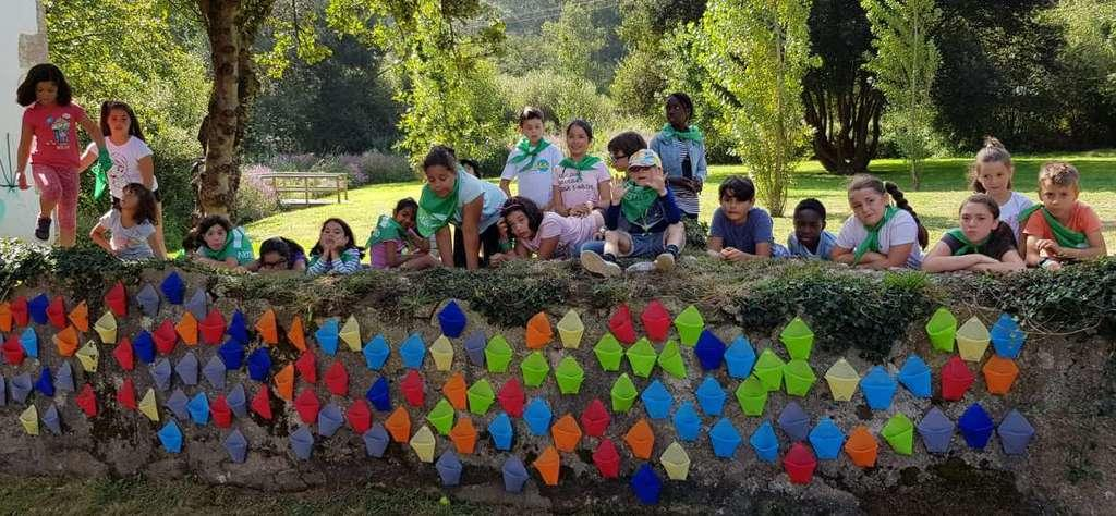 Children transform a wall next to the Aula da Natureza