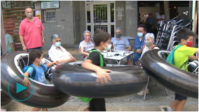 """""""Grandes flotadores para tomar consciencia do espazo que falta para as persoas nas rúas"""""""