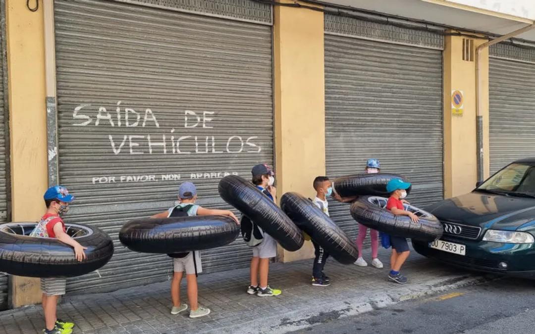 El experimento de niños y niñas de Ourense con flotadores gigantes para comprobar la distancia social
